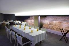 Restaurangen med antikviteten fördärvar inomhus royaltyfria bilder