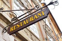 Restaurangen undertecknar in den Prague staden Arkivfoton