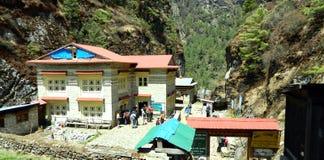 Restauranger och hotell i Khumbuen, Saragmatha nationalpark, Nepal Royaltyfri Bild