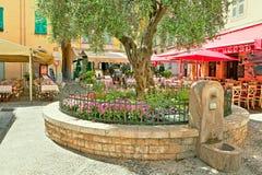 Restauranger och stänger i Menton, Frankrike. Arkivfoto