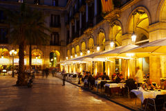 Restauranger på Placa Reial i vinterafton Barcelona Royaltyfria Bilder