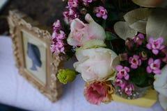Restauranginre - blomkrukan och en bild förläggas på en tabell i dekorativ form Royaltyfri Bild