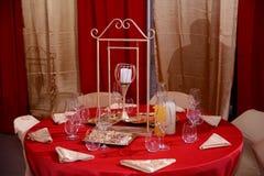 Restauranginre - en tabell dekorerade med en röd bordduk i restaurangen Royaltyfria Foton