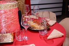 Restauranginre - en tabell dekorerade med en röd borddukrestaurang Royaltyfri Bild