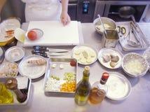 Restaurangköksbord med en skärbräda Arkivfoton
