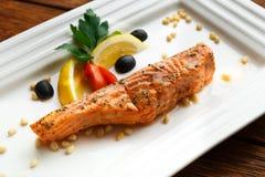 Restaurangmat - grillad lax med citronen Royaltyfria Bilder