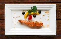 Restaurangmat - grillad lax med citronen Royaltyfri Bild