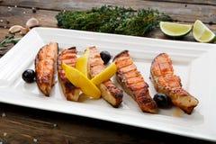 Restaurangmat - grillad lax med citronen Arkivfoton