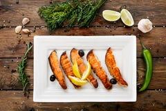Restaurangmat - grillad lax med citronen Royaltyfri Foto