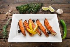 Restaurangmat - grillad lax med citronen Arkivfoto