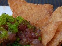 Restaurangmat, tonfisktandsten med havsväxtsallad och chiper Arkivbild