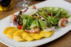 Restaurangmaträtt med räka och mango i en vit platta Arkivbild