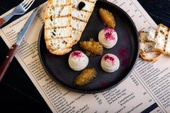 Restaurangmaträttbakgrund Läcker pate på den stora svarta uppläggningsfatcloseupen i restaurangbakgrund Sund exklusiv mat fotografering för bildbyråer