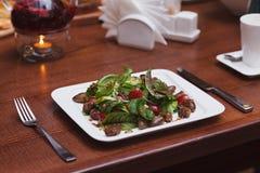Restaurangmatsallad på tabellen arkivfoto