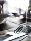Restaurangplats, gaffel och kniv på en ren tabell Arkivbild
