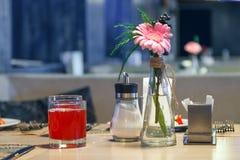 Restaurangservice väntar på gäster, exponeringsglasbägare med rött bär f arkivbild