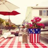 Restaurangtabell i gata i San Francisco, Kalifornien, USA Retro filtereffekt Arkivfoto