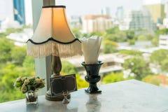 Restaurangtabell med cityscapebakgrundssikt på hotellet i solig dag Royaltyfria Foton