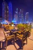 Restaurangtabell på den Dubai marina på natten Royaltyfria Foton