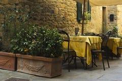 Restaurangtabeller i Tuscany, Italien Arkivfoto