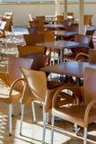 Restaurangtabeller och stolar i den Korfu ön Arkivbilder
