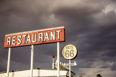 Restaurangtecken längs Route 66 arkivbilder
