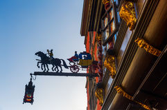 Restaurangtecken på en historisk byggnad i Aachen Royaltyfria Foton