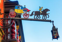 Restaurangtecken på en historisk byggnad i Aachen Arkivfoton