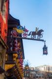 Restaurangtecken på en historisk byggnad i Aachen Royaltyfri Foto