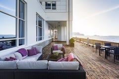 Restaurangterrass av Radisson det BLÅA hotellet i Alesund Arkivbild