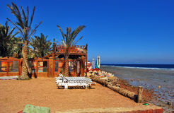 Restaurant à la plage rocheuse photo stock