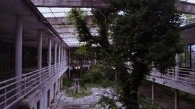 Restaurant abandonné proche de la forêt image libre de droits