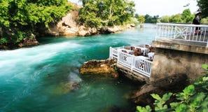 Restaurant agréable par le fleuve photographie stock libre de droits