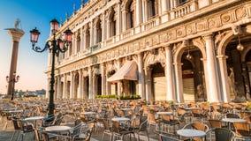 Restaurant alvorens de zonsopgang in Venetië te openen royalty-vrije stock afbeeldingen