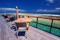 Restaurant au-dessus de la belle lagune sur l'île tropicale, Maldives Photos stock