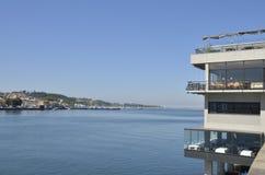 Restaurant au-dessus de la rivière Douro Photographie stock libre de droits
