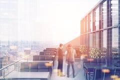 Restaurant auf dem Dach, schwarze Sofas, Stadtmenschen Lizenzfreies Stockbild