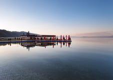 Restaurant auf See Ohrid bei Sonnenuntergang, Pogradec, Albani Lizenzfreie Stockbilder