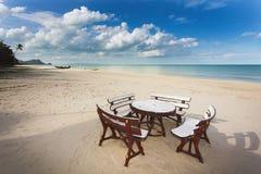 Restaurant auf tropischem Strand lizenzfreies stockfoto