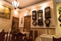 Restaurant avec de vieilles horloges à La Havane, Cuba Image stock