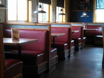 Restaurant avec les cabines rouges Photographie stock libre de droits