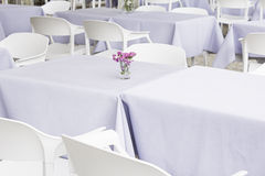Restaurant avec les tables blanches Photo stock
