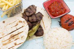 Restaurant bbq-Lebensmittelfleisch-Reispommes-frites auf Platte Stockbilder