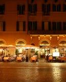 Restaurant bij nacht Royalty-vrije Stock Afbeeldingen