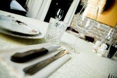 Restaurant binnenlandse die Lijst met som, kaarskoppen wordt geplaatst Stock Afbeeldingen
