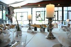 Restaurant binnenlandse die Lijst met som wordt geplaatst, - ontworpen manier Stock Fotografie