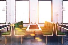 Restaurant blanc intérieur, sofas verts modifiés la tonalité Image stock