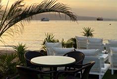 Restaurant côtier au lever de soleil, Eilat, Israël Image stock