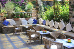 Restaurant-Café-Sitzordnungen im Freien Lizenzfreies Stockbild