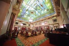 Restaurant cher Metropol avec l'intérieur chic Image libre de droits